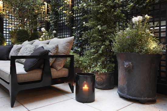 LION PLANTER, matte black in situ